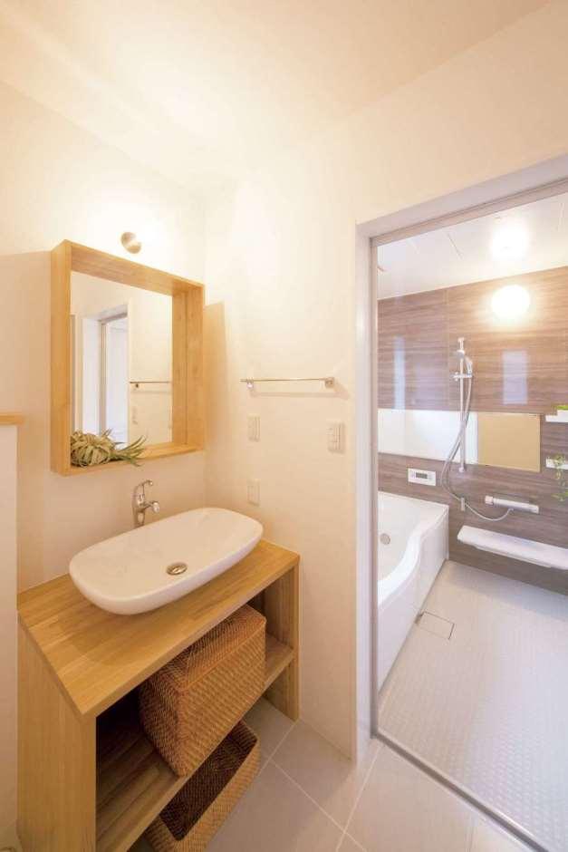 一級建築士事務所GO_AN (ゴアン)【デザイン住宅、建築家、自然素材】木をふんだんに使いたいという要望を叶えるため、洗面台も造作した