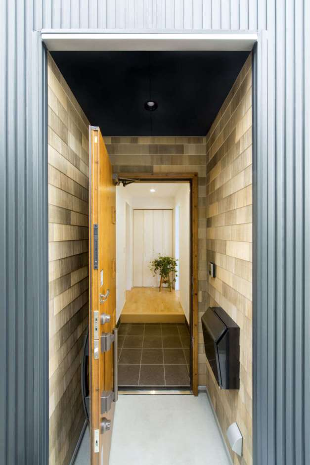 一級建築士事務所GO_AN (ゴアン)【デザイン住宅、建築家、自然素材】玄関周りにもウッドシェイクを使用し統一感を出した