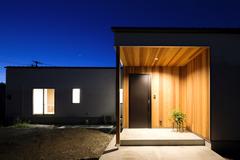 緑豊かな立地でのんびりと暮らす 白い塗り壁と無垢材の平屋