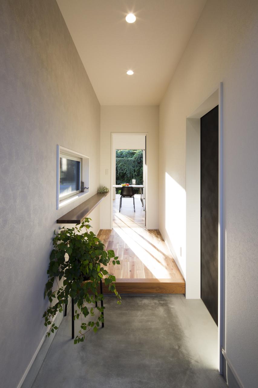 一級建築士事務所GO_AN (ゴアン)【1000万円台、デザイン住宅、平屋】玄関は外から続くモルタル土間。右手はシューズクロークを兼ねた土間収納になっている