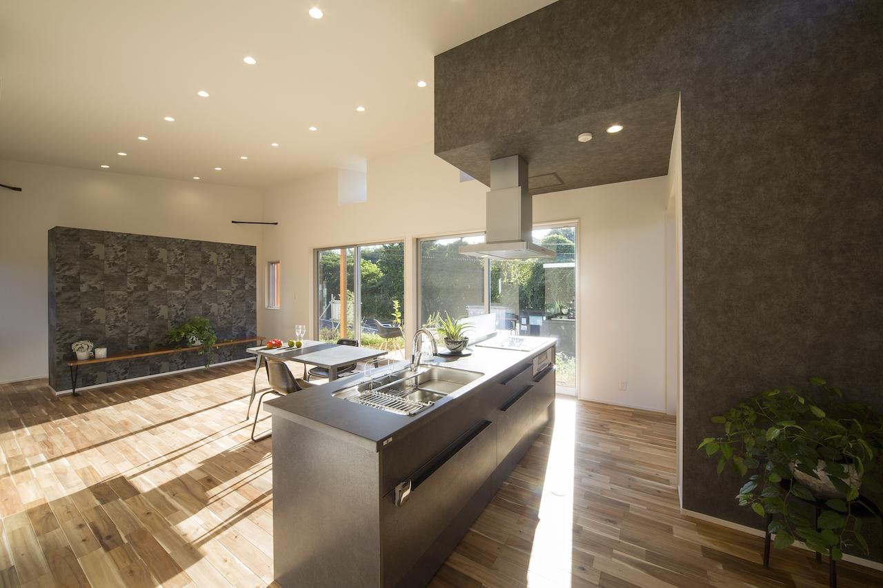 一級建築士事務所GO_AN (ゴアン)【1000万円台、デザイン住宅、平屋】広々としたアイランドキッチン。TV台の後ろは造作のアイランド収納になっている