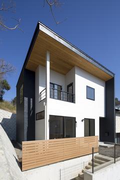 立地条件を生かして建てた 四季の移ろいを感じる家
