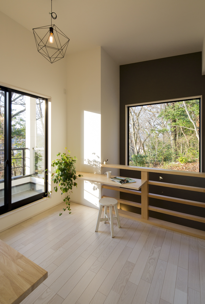 一級建築士事務所GO_AN (ゴアン)【狭小住宅、間取り、建築家】2階ホールはファミリースペースとしても活用。一角に設けられたカウンターは、洗濯物を畳んだり読書をしたりと活用方法はさまざま。借景のFix窓で四季の移ろいを感じられる