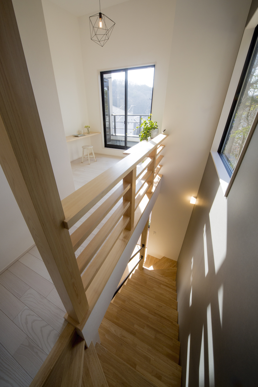 一級建築士事務所GO_AN (ゴアン)【狭小住宅、間取り、建築家】階段上部は吹き抜けに。SRC基礎で暖められた空気が2階にも上がり、冬でも暖かく過ごせる