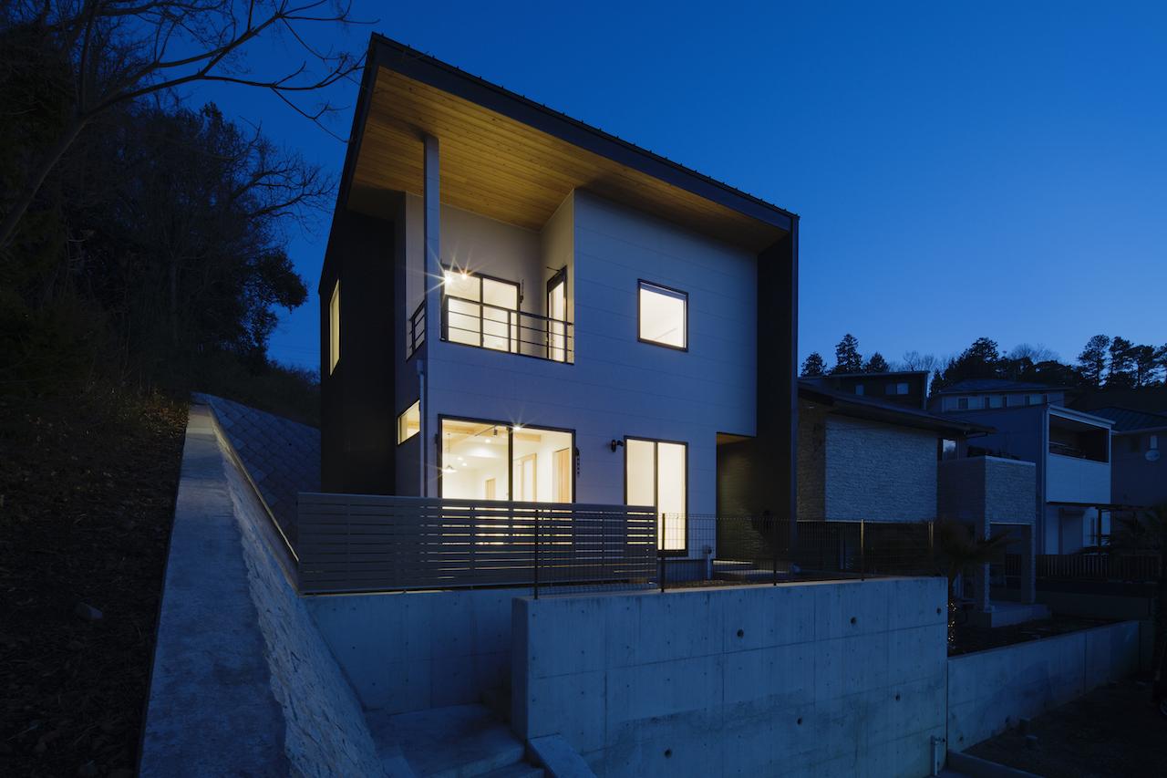 一級建築士事務所GO_AN (ゴアン)【狭小住宅、間取り、建築家】分譲地の一番高いところにあるA邸。鉄骨の杭で地盤補強を行った
