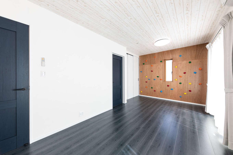 丸宗建設【静岡市葵区羽鳥4-15-15・モデルハウス】子ども部屋は将来2部屋に仕切れるよう、収納やドアを2つずつ設けた。子どもが喜ぶクライミングウォールは、インテリアとしてもかわいい