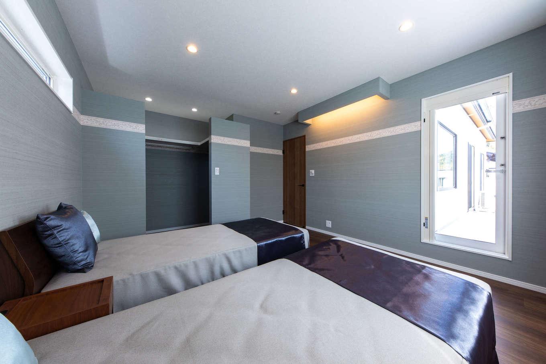 丸宗建設【静岡市葵区羽鳥4-15-15・モデルハウス】洗練されたブルー系でコーディネートした寝室。間接照明の下はTVやオーディオを。ガラスドアの向こうにはプライベート空間のベランダが広がる