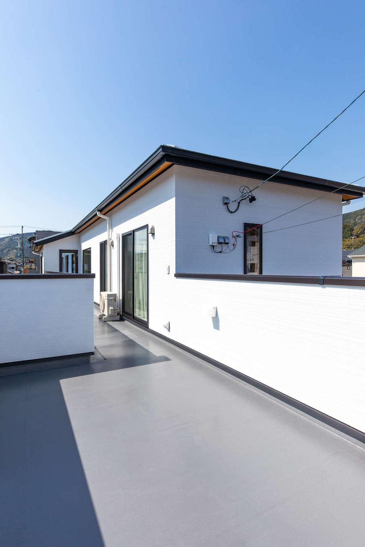 丸宗建設【静岡市葵区羽鳥4-15-15・モデルハウス】8畳ほどの2階ベランダは多目的に使えそう。どの部屋からも出入りできる機能的な動線がうれしい。隣家から見えないよう、囲いとなる壁を高くする配慮も