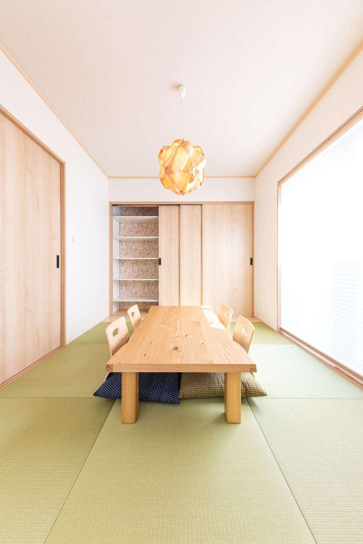 丸宗建設【静岡市葵区羽鳥4-15-15・モデルハウス】LDKとのつながりを意識した和室は、明るくモダンなデザイン。年月を経ても、完成した春のことをふと思い出せるように、収納の内側は桜の壁紙にした