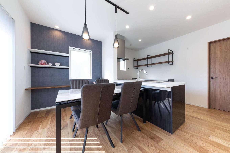 丸宗建設【静岡市葵区羽鳥4-15-15・モデルハウス】配膳や片付けがしやすいオープンキッチン&ダイニング。奥のドアから出入りするバックヤードは、パントリーとしても家事室としても使えるほど広い