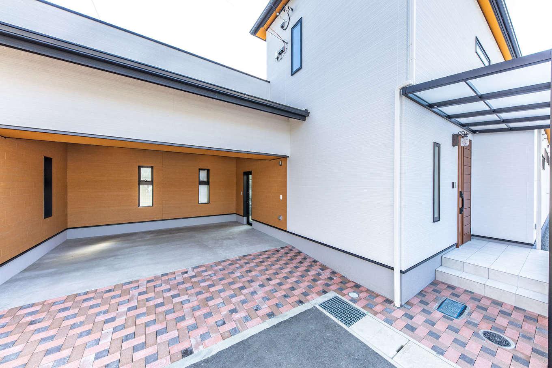 丸宗建設【静岡市葵区羽鳥4-15-15・モデルハウス】憧れのガレージは2台がゆったり駐車できるスペース。LDK側のテラスとも直接つながっている。家で過ごす休日が楽しくなりそう。