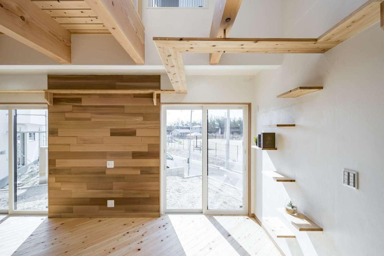 WOODLIFE style 丸守木材【デザイン住宅、自然素材、ペット】レッドシダーのアクセントウォールとキャットタワーが目を惹くLDK。上部の吹き抜けとスノコ状の床が開放感を演出している