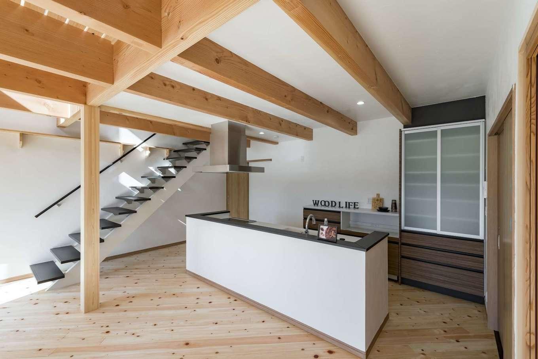 WOODLIFE style 丸守木材【デザイン住宅、自然素材、ペット】キッチンからリビングダイニングを見渡せる間取り。猫たちが入らないように収納はすべて扉付きにした