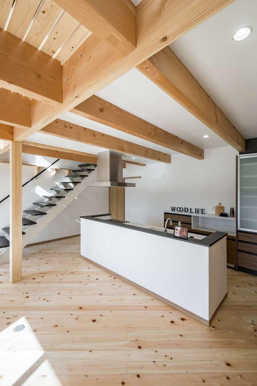 WOODLIFE style 丸守木材【デザイン住宅、自然素材、ペット】風化造礁サンゴの壁は、塗りの風合いと真っ白な色みが魅力。調湿機能のほか、ニオイを吸着・分解する効果もあり、ペットとの暮らしに最適だ