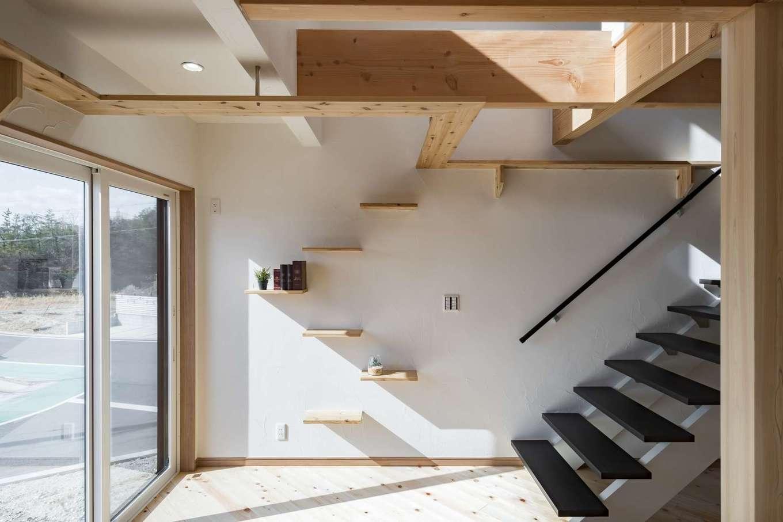 WOODLIFE style 丸守木材【デザイン住宅、自然素材、ペット】日当たりのいい角地で、斜め前は公園という立地の魅力を最大限に生かして設計。風を計算しながら窓が配置されているため、換気もしやすい