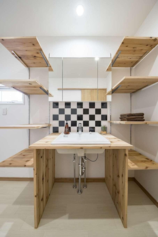 WOODLIFE style 丸守木材【デザイン住宅、自然素材、ペット】洗面台の壁にあしらったタイルは、ご主人が好きなアメカジテイストのチェック柄になっている