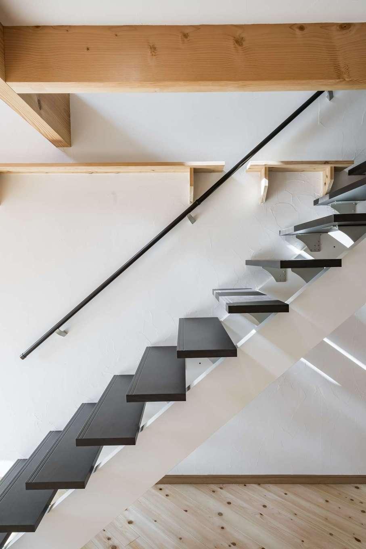 WOODLIFE style 丸守木材【デザイン住宅、自然素材、ペット】スケルトン階段の踏み板を黒にし、アクセントをつけている。キャットタワーは飾り棚としても使用可能