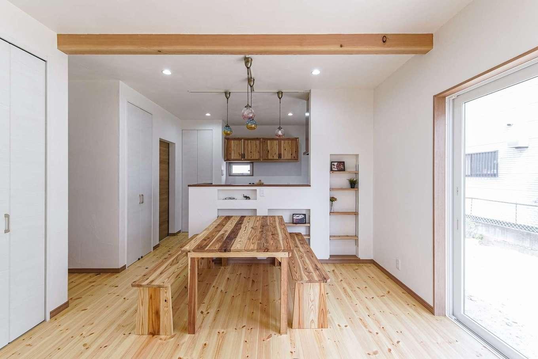 WOODLIFE style 丸守木材【デザイン住宅、収納力、自然素材】レッドパインの床は、裸足で歩きたくなる心地良さ。壁と天井は風化造礁サンゴを使った塗り壁で、調湿や消臭などさまざまな機能を持つ