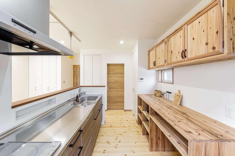 WOODLIFE style 丸守木材【デザイン住宅、収納力、自然素材】キッチンのカップボードは、高さや奥行き、引き出しの位置など、大工さんに細かく要望を伝え、使い勝手良く造作