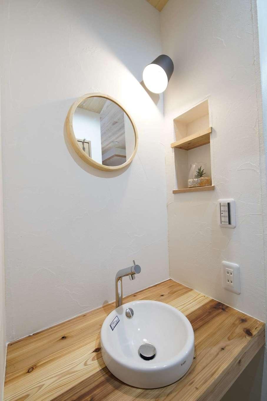 WOODLIFE style 丸守木材【デザイン住宅、収納力、自然素材】玄関の一角に手洗い場を設ければ、照明のスイッチやドアノブなど、いろいろなところを触る前に手洗いができる