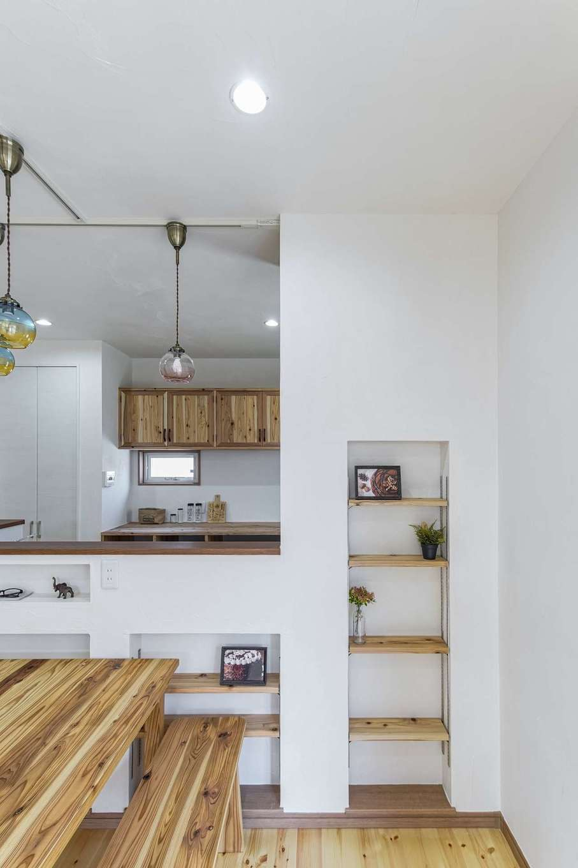 WOODLIFE style 丸守木材【デザイン住宅、収納力、自然素材】ニッチに本や雑貨をディスプレイ。見せる収納を取り入れることで、カフェのようなオシャレ空間に