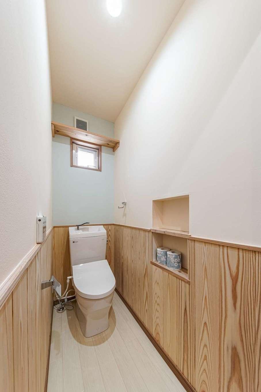 WOODLIFE style 丸守木材【デザイン住宅、収納力、自然素材】トイレの腰壁は掃除のしやすさを重視し、溝のないフラットな杉板をセレクト。空間のアクセントにもなっている