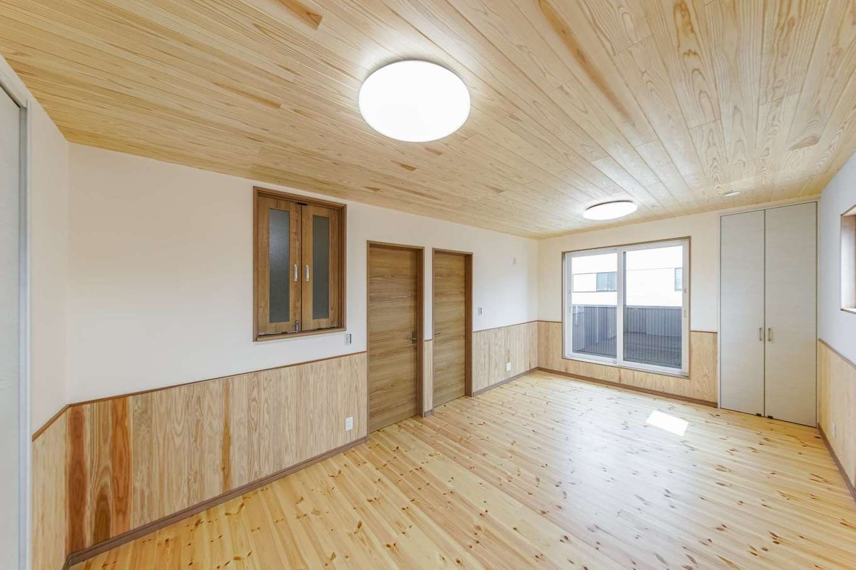 WOODLIFE style 丸守木材【デザイン住宅、収納力、自然素材】 2階にある子ども部屋の天井には杉板を使用。壁はカラーバリエーションが豊富な珪藻土にした