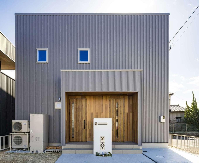WOODLIFE style 丸守木材【デザイン住宅、収納力、自然素材】倉庫のようにも見えるシンプルな外観と、自然素材のぬくもりにあふれる室内とのギャップが楽しいT邸