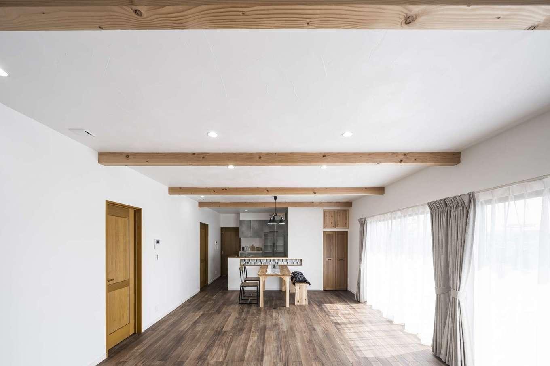 WOODLIFE style 丸守木材【自然素材、間取り、平屋】木の風合いや色みなど、ご主人のこだわりが詰まったLDK。風化造礁サンゴを使った真っ白な塗り壁は、奥さまのお気に入りだ。