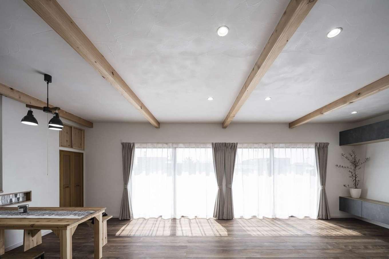 WOODLIFE style 丸守木材【自然素材、間取り、平屋】窓を開ければ、リビングダイニングとウッドデッキと一続きになり、より開放的な雰囲気を楽しめる。