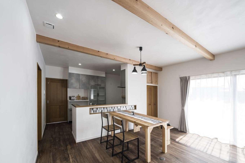 WOODLIFE style 丸守木材【自然素材、間取り、平屋】キッチンの奥にある木の引き戸を開けると、広い洗面脱衣室とバスルームが配置されている。