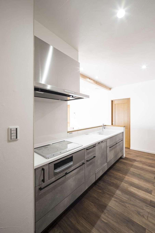 WOODLIFE style 丸守木材【自然素材、間取り、平屋】スタイリッシュな家の雰囲気に合わせ、システムキッチンはライトグレーのストーンタイプをセレクト。