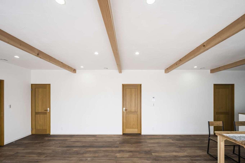 WOODLIFE style 丸守木材【自然素材、間取り、平屋】間取りは、2つの子ども部屋と主寝室を備えた3LDK。リビングダイニングと各個室が扉ひとつでつながっている。