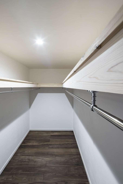 WOODLIFE style 丸守木材【自然素材、間取り、平屋】S邸は収納スペースもたっぷり。写真は主寝室のウォークインクローゼットで4畳分の広さ。ほかに布団用クローゼットなども備えている。