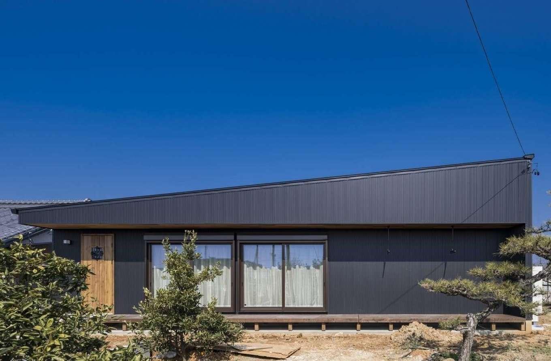WOODLIFE style 丸守木材【自然素材、間取り、平屋】方流れの屋根がオシャレなS邸。建物の縁部分には、室内と庭をつなぐ縁側のようなウッドデッキがある。