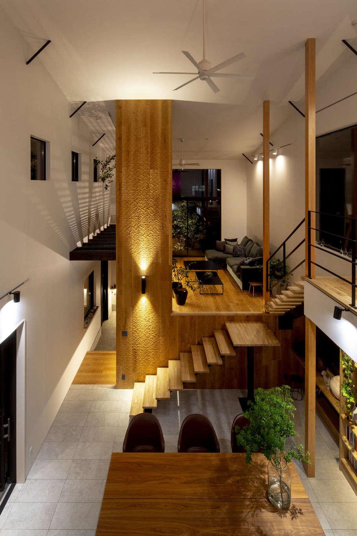 一級建築士事務所GO_AN (ゴアン)【駿東郡長泉町・オープンハウス】目線がタテ・ヨコに抜けるため、より開放的に感じられる室内。敷地環境に合わせた建物の配置、窓の大きさと位置など、採光と通風計画が緻密に計算された心地いい空間は建築家ならでは。スプーンカット仕上げの柱はオブジェのような存在感がある