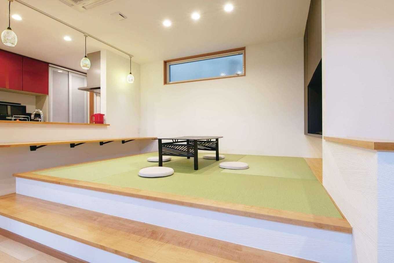 ハウジング小林【デザイン住宅、二世帯住宅、間取り】小上がりの畳コーナー。カウンターに合わせて高さを設定してあるため、ステップを一段設けて上がりやすくした