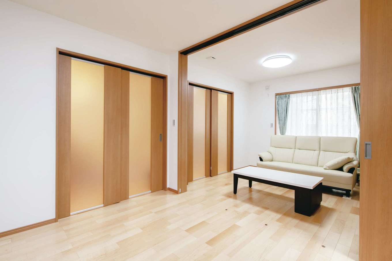 ハウジング小林【デザイン住宅、二世帯住宅、間取り】半透明の引き戸でダイニングと仕切った状態のリビング。スペースの真ん中にはさらに引き戸があり、リビング内を2部屋に仕切ることも可能