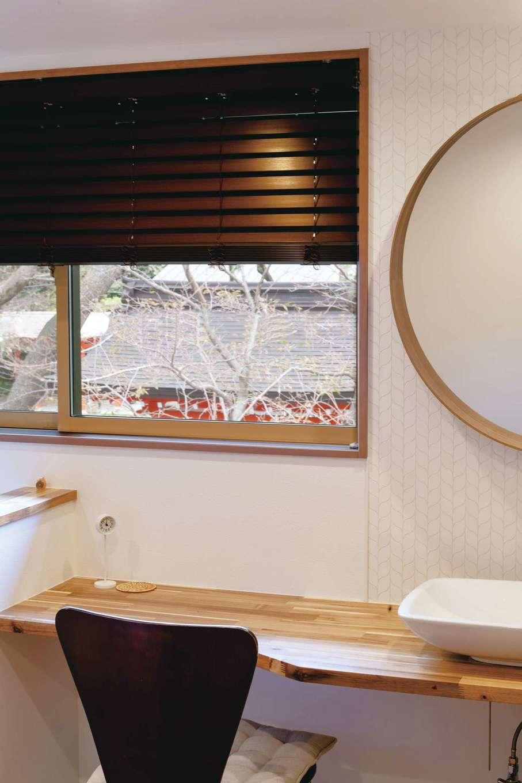 ハウジング小林【デザイン住宅、二世帯住宅、間取り】2階ホールに設けた洗面カウンターは奥さまのこだわりの空間。向かいの神社の風景をベストポジションで眺められるように、窓の配置を工夫した