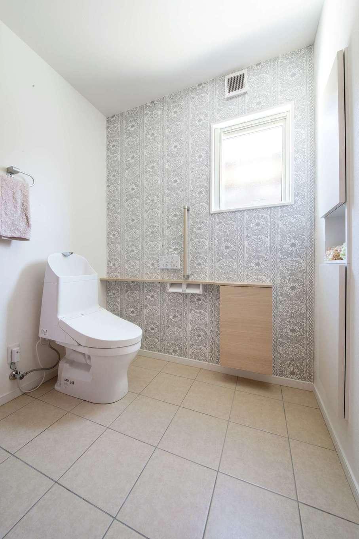 ユニバーサルホーム(浜松東店・掛川店)【デザイン住宅、間取り、平屋】玄関を入ってすぐの場所にあるトイレは、車椅子で入れる間口の広さと奥行きを確保。北欧調の壁紙がシンプルでおしゃれだ