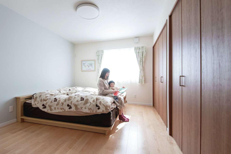 ユニバーサルホーム(浜松東店・掛川店)【デザイン住宅、間取り、平屋】玄関ホール直結の寝室は、出入りのしやすさやトイレへの距離、 LDK入り口にある冷蔵庫への移動距離まで考え抜かれている。年を重ねても暮らしやすく、安心して過ごせるはず