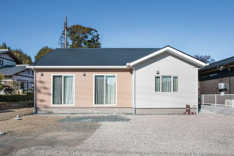 ユニバーサルホーム(浜松東店・掛川店)【デザイン住宅、間取り、平屋】淡いトーンの外壁と、三角屋根が似合うシンプルな平屋のフォルム。LDKの正面部分に、今後サンルームを造る予定だ