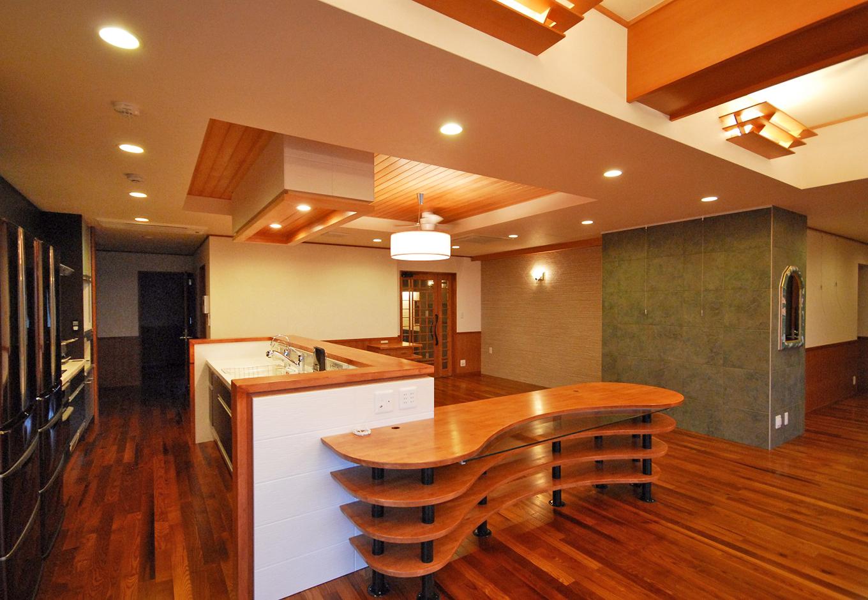 一級建築士事務所GO_AN (ゴアン)|対面式のダイニングキッチン。一般的なI型キッチンをコの字型にタイルで囲み、照明器具と同じデザインのカウンターを制作した