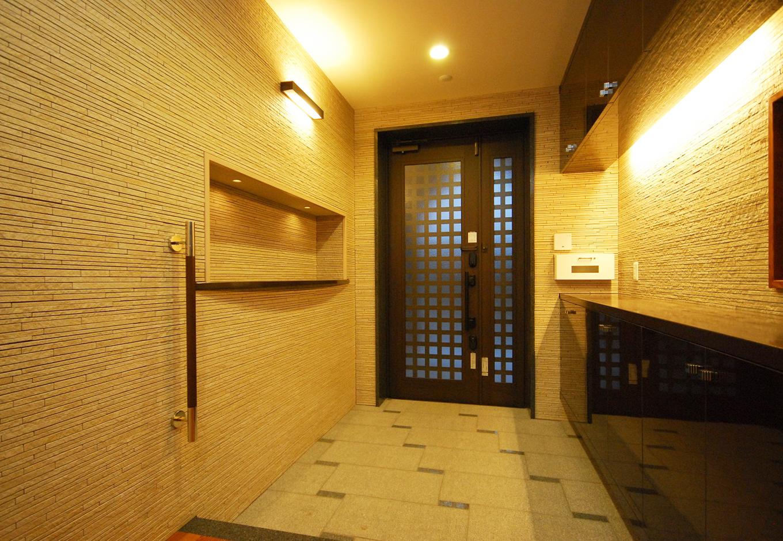 一級建築士事務所GO_AN (ゴアン)|ユーロデザインが好みだった施主さんのため、玄関は石とタイルでまとめて重厚感を演出