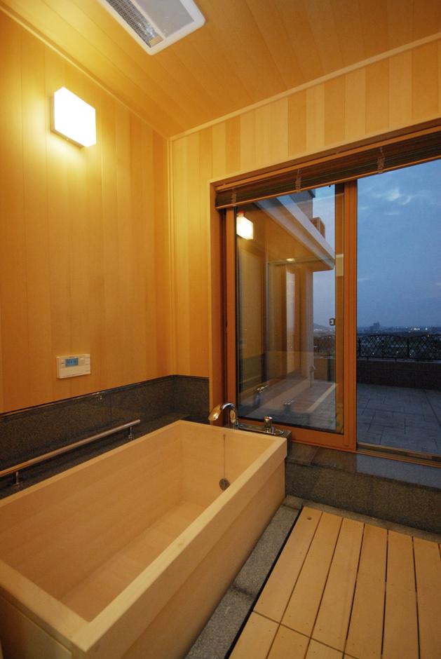 一級建築士事務所GO_AN (ゴアン)|ヒノキのお風呂に入りたいという施主さんの希望で、浴槽と浴室壁をヒノキで作り、お風呂に入りながら景色を楽しめる大きな窓も設置