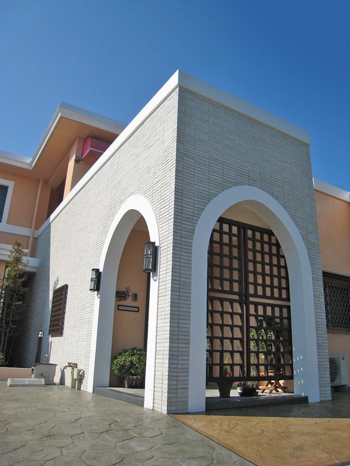 一級建築士事務所GO_AN (ゴアン)|イタリアンレストランの外観を塗装させ、エントランス部分だけはタイルを貼った
