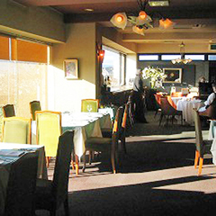 もともと大きな窓があり三島市内を一望できるレストランだった。この眺望を活かし、リフォームを提案した