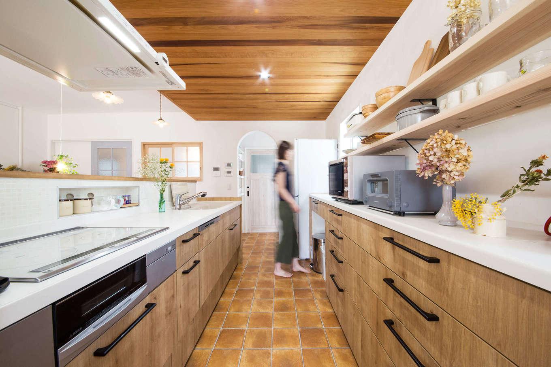 子育て安心住宅&デザインラボ【デザイン住宅、平屋、インテリア】キッチンは調理スペースと収納スペースをたっぷり確保。吊り戸は設けず、奥さまの使い勝手に合わせて引き出しを中心に収納を設けてある。キッチンの扉のデザインと下がり天井の色合いもベストマッチ!