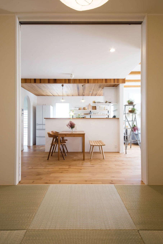 子育て安心住宅&デザインラボ【デザイン住宅、平屋、インテリア】ダイニングの隣には和室が設けてある。LDKとの調和を意識して、白を基調に琉球畳を用いてシンプルにコーディネート。床の間もしっかり設けてあり、子どものお節句飾りを飾るのにも重宝する