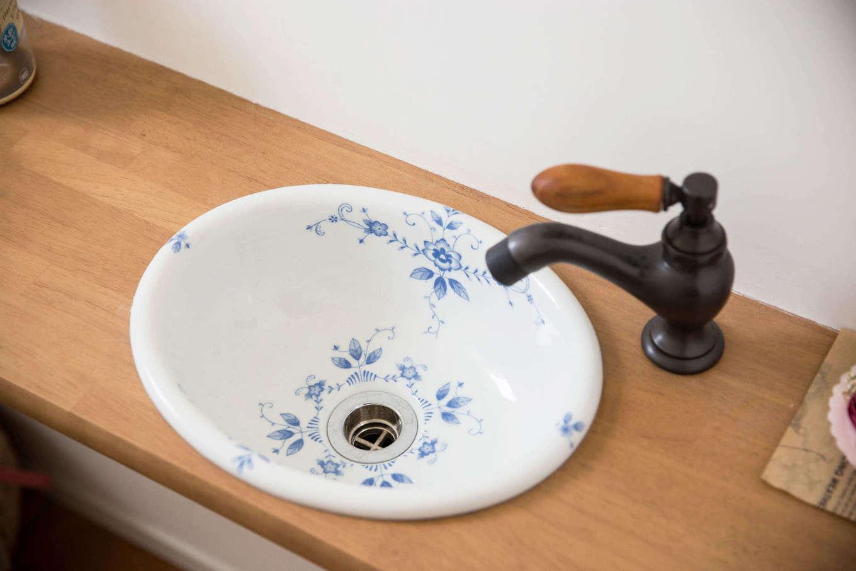 子育て安心住宅&デザインラボ【デザイン住宅、平屋、インテリア】トイレの手洗いスペースには奥さまが選んだレトロな水栓金具と陶器のボウルを採用。使うのが楽しみになるほどオシャレな手洗いスペースが実現